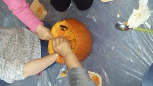 Creuser la citrouille Halloween à la crèche de Dijon