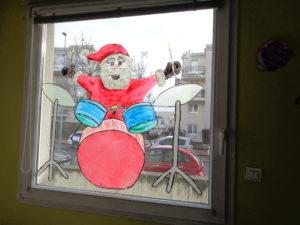 décor de fenêtre à la salle de jeux à la crèche Dijon Toison d'Or la fée des sourires Pomme d'Happy