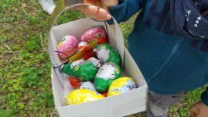 collecte oeufs de pâques à laoeuf de pâques à la salle de jeux à la crèche Dijon Toison d'Or la fée des sourires Pomme d'Happy